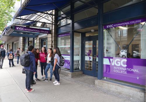 VGC Gastown Campus - Schulhof