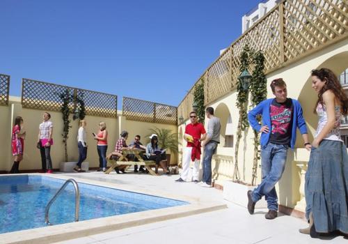 Terrasse und Swimming Pool