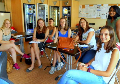 Sprachschüler schließen Freundschaften in der ACCORD Paris Cafeteria.