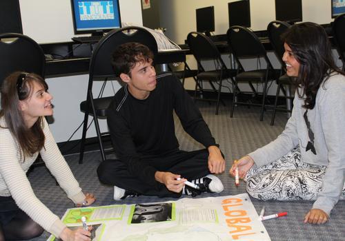 iTTTi Vancouver Junge Sprachschüler bei der Gruppenarbeit